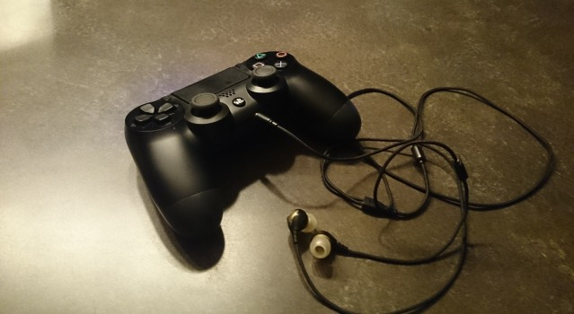 headset plugged into dualshock4